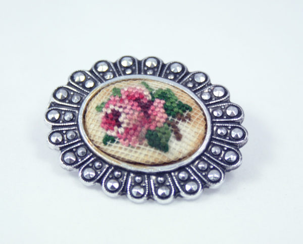 Petit point broche met roos