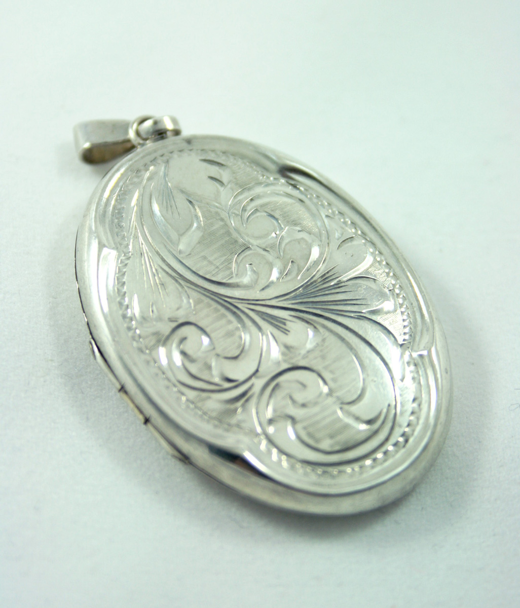 order goede pasvorm zo goedkoop Zilveren medaillon uit 1977 met prachtige details - Vintage ...