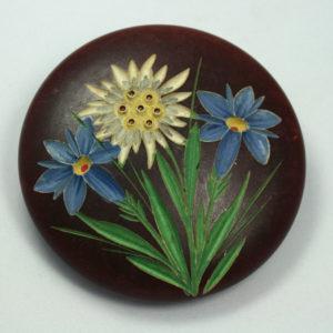 houten broche met bloemen