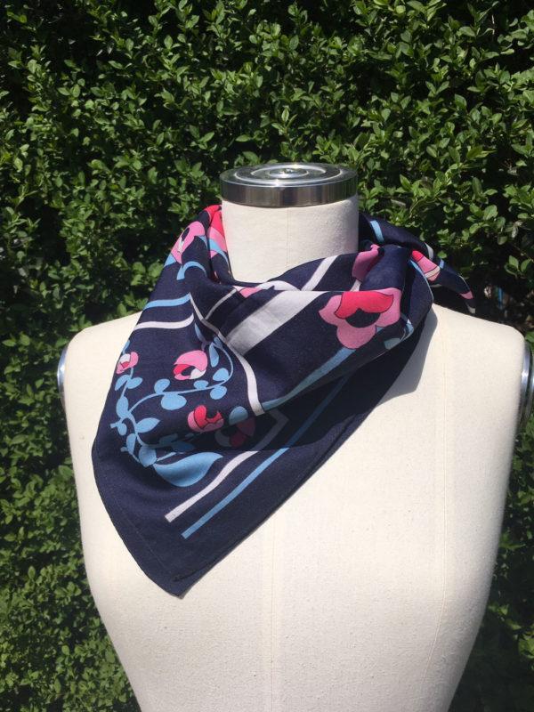 retro sjaal donkerblauw met bloemen