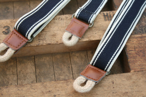 Detail kinder bretels donkerblauw