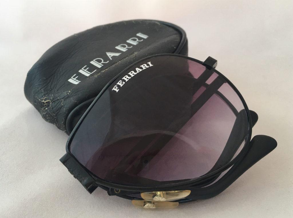 Uitvouwbare Ferrari zonnebril. Een stijlvol en tijdloos model, deze pilotenbrilmet paars-achtige glazen en in goede conditie