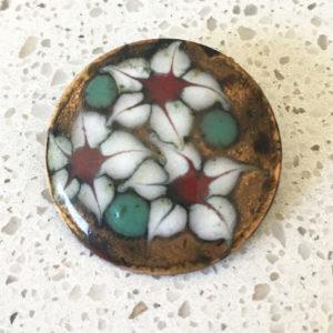 geëmailleerde broche met bloemen