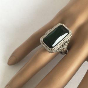 ring met grote groene steen