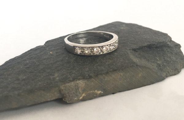 Gladde zilveren ring met zirkonia
