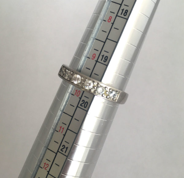 zilveren ring met zes zirkonia's