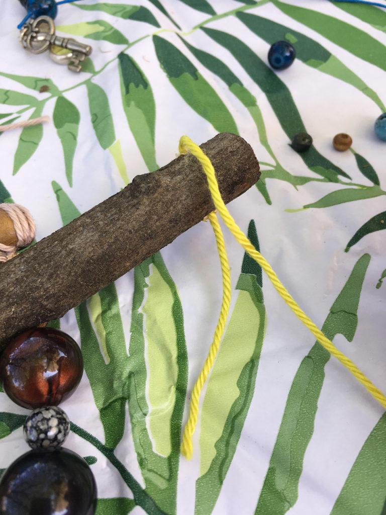 tuinhanger van oude sieraden en kettingen