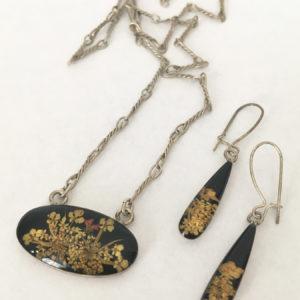 Ketting en oorbellen met droogbloemen