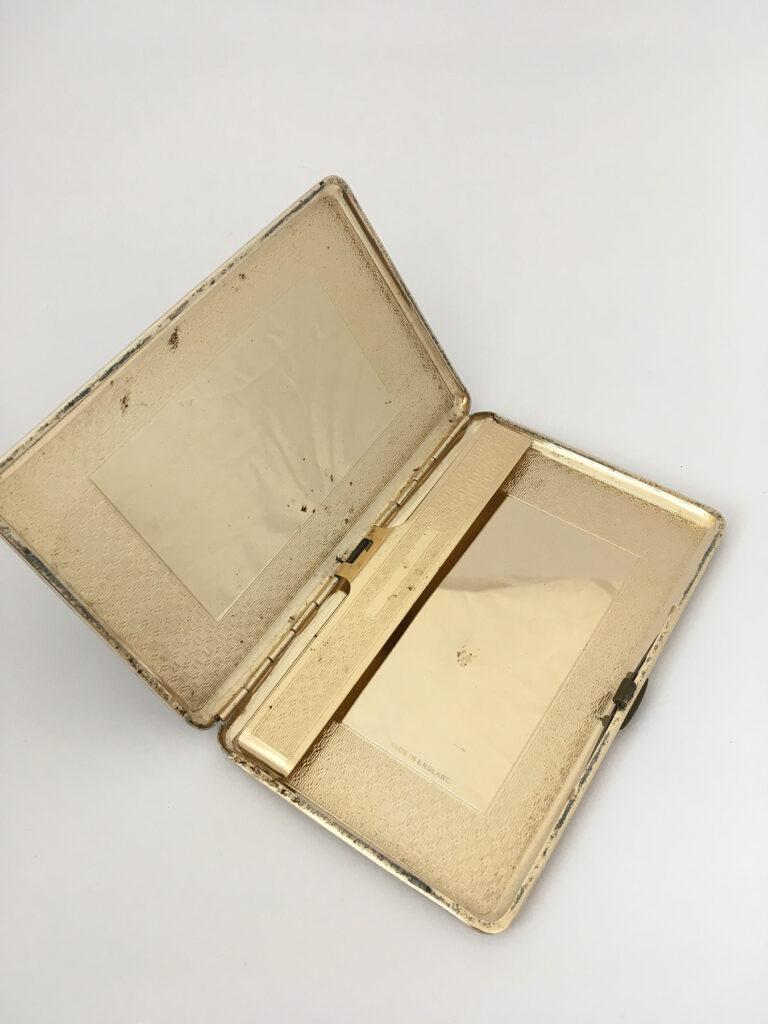 Lederen sigarettenhouder met gouden binnenkant
