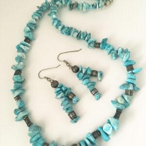 Ketting en oorbellen met lichtblauwe steentjes