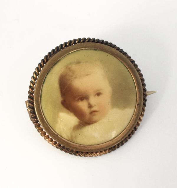 Antieke celluloid foto broche met een babyfoto
