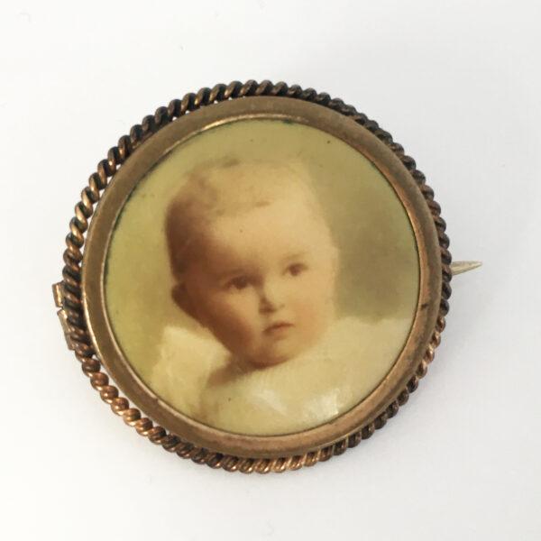 Celluloid broche met een babyportret