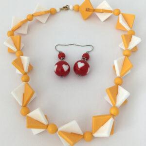 Plastic fantastic oorbellen en ketting