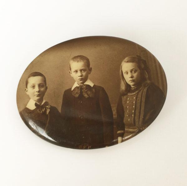 celluloid portret broche van 3 kinderen