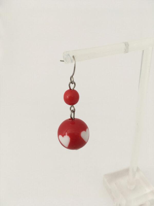 rode oorbellen met witte hartjes