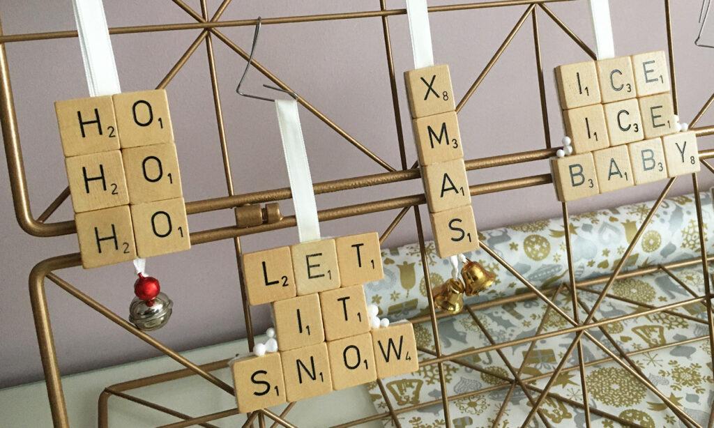 Upcycle kersthangers van scrabble letters
