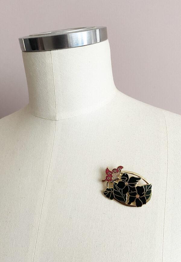 Cloisonne broche met bloemen en vlinder