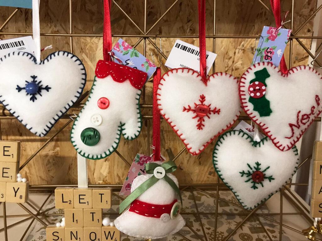 Handgemaakte kerstballen van vilt