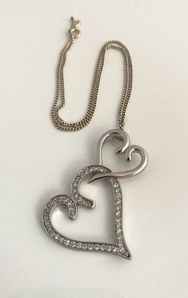 Zilveren hanger met twee hartjes