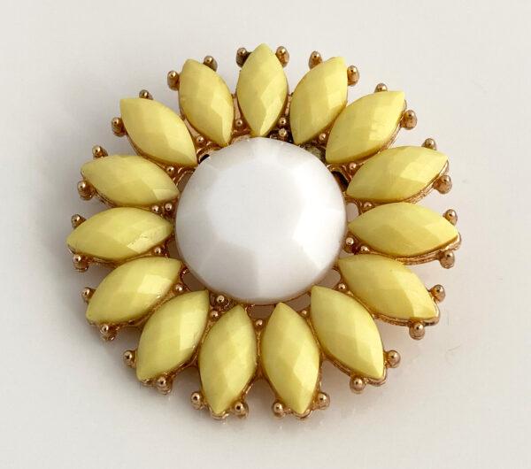Geel-witte bloem broche