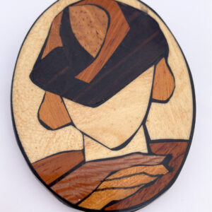 grote houten broche gemaakt met verschillende soorten hout
