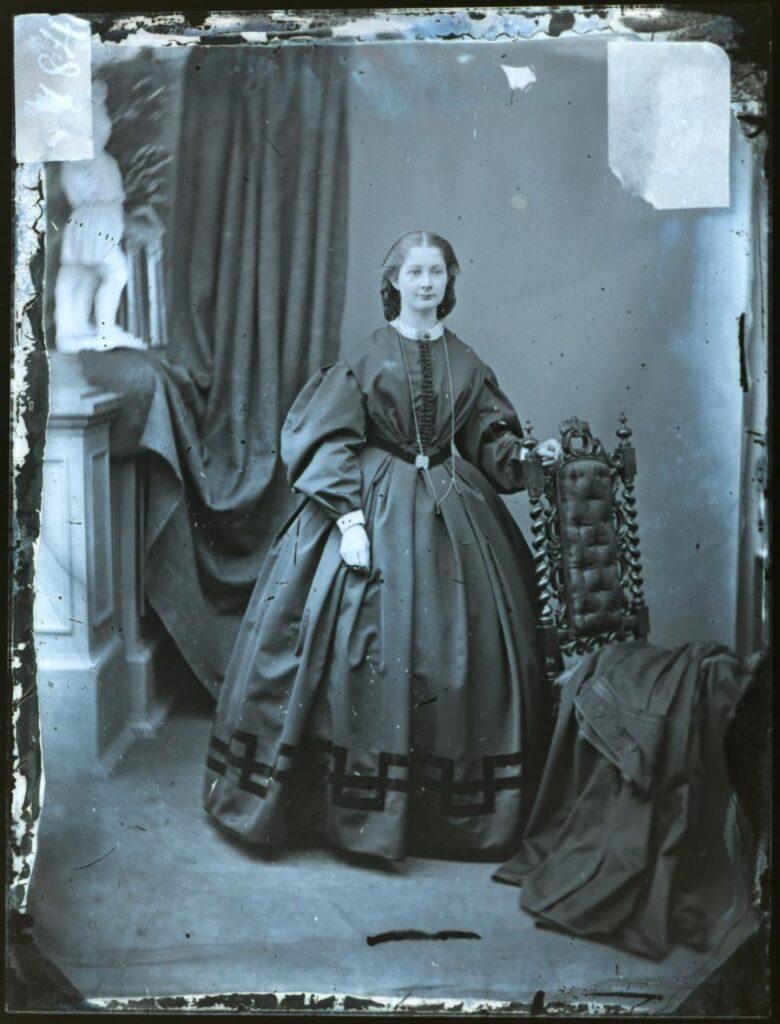 victoriaanse dame met guard chain